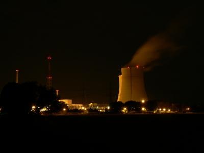 Atomkraftwerk bei Nacht