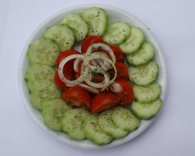 Tomaten mit Gurken und Zwiebelringen
