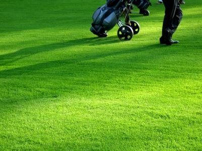 Golfspiel im Abendlicht