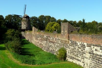 mittelalterliche Stadtmauer zu Zons am Rhein #8