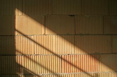 Ziegelmauer mit Schatten