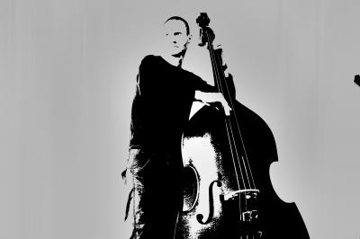 Selbstportrait am Bass