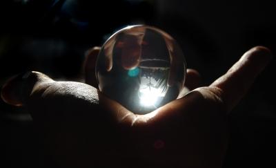 Glaskugel auf der Hand