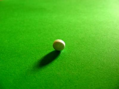 stehende Pille mit Schatten grün