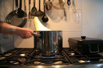 Spitzkohl-kochen für Kohlrouladen mit Hand