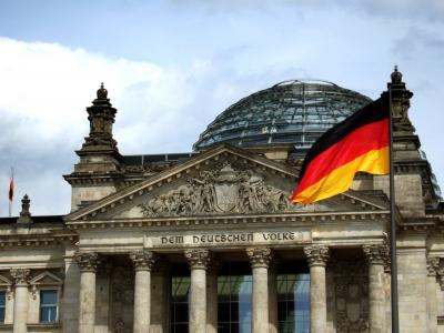 Reichtagsfront mit Kuppel und Fahne