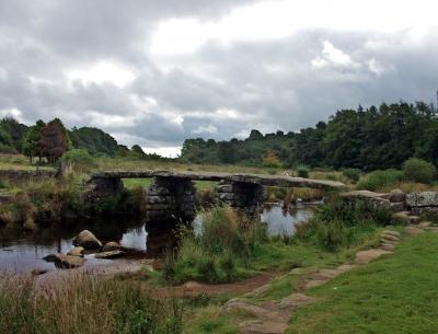 """""""Clapper bridge"""" aus der Bronzezeit, Dartmoor-Nationalpark"""