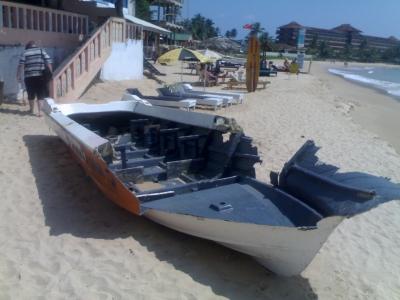 zerschmettertes Boot durch Tsunami in Sri Lanka