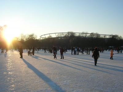 Hannover: Blick vom zugefrorenen Maschsee zur AWD-Arena