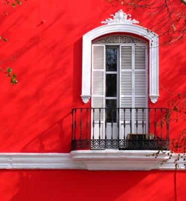 rote Fassade mit Schattenspiel