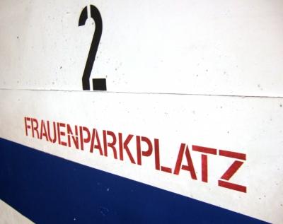 Im Parkhaus - Frauenparkplatz