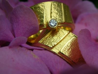Goldene Designer-Trau(m)ringe