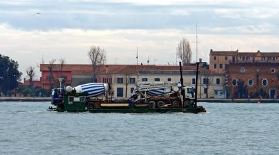 Venedig : LKW-Verkehr auf der Wasserstraße