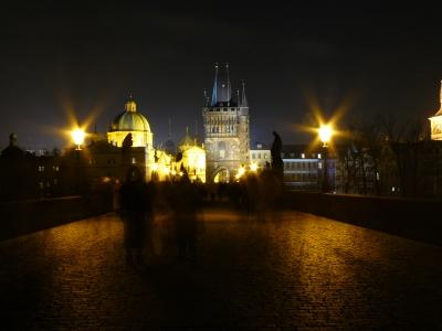 Menschenmassen Nachts auf der Karlsbrücke