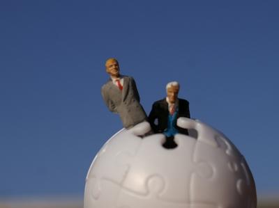 Geschäftsleute im Puzzleball
