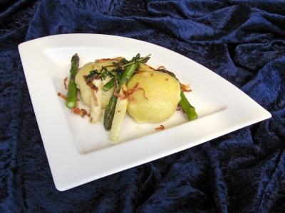 Spargelzeit: Kartoffelknödel mit Spargelfülle