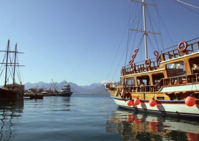 Hafen Antalya mit auslaufendem Ausflugsschiff (Türkei)