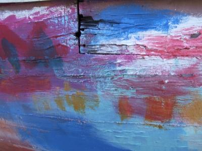 Farbtest am Bootsrumpf