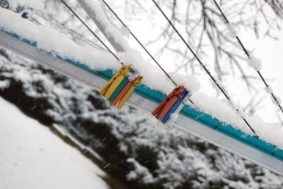 Wäscheklammern im Schnee