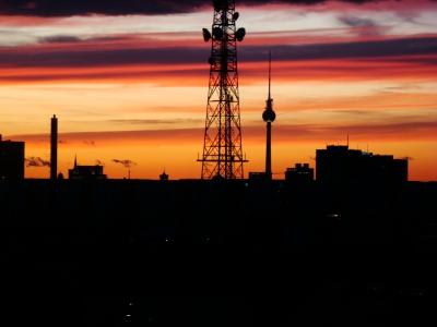 purpurfarbender Abendhimmel von Berlin im Herbst