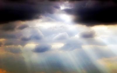 Sonnenstrahlen durch drohendes Unwetter