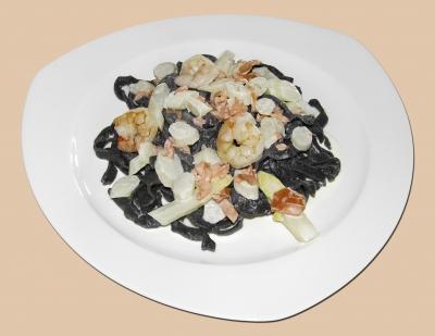 Spargelzeit: Tintenfisch-Taglierini mit Spargel Lachs und Garnelen