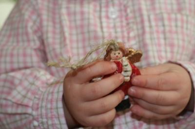 Kinderhände mit Engel