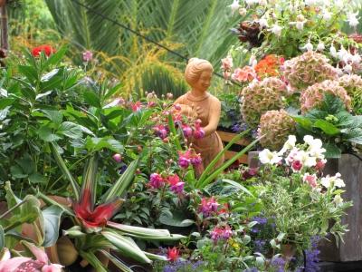 Blütenpracht mit Statue