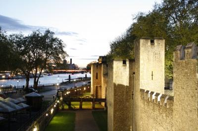 """ein Teil der Mauer vom """"Tower of London"""" in der Abendsonne"""