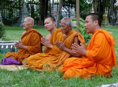 Buddhistische Mönche - beim Gebet