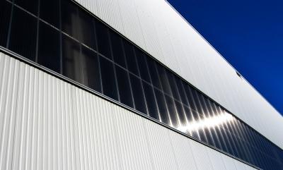 Industriehalle mit Lichtband