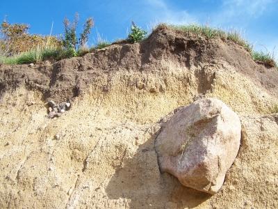Colossal - Fels halb ausgewaschen in Steilküste