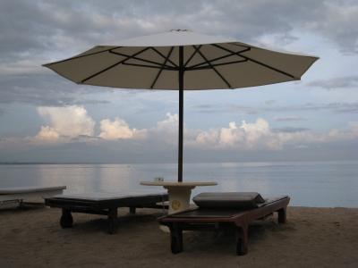 Strandliegen mit Schirm