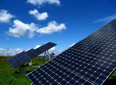 Solaranlagen mit Strommasten