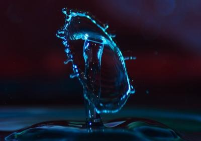 Wassertropfen in Blau