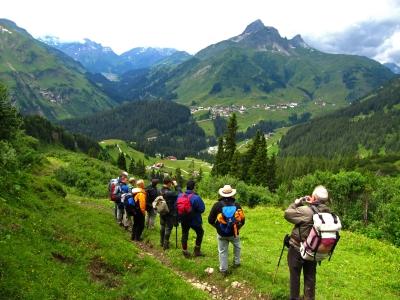 Wandergruppe mit Warth und Lechtaler Alpen