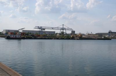 Schubboot im Hafen bei der Beladung