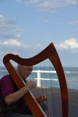 Eine Harfe am Meer