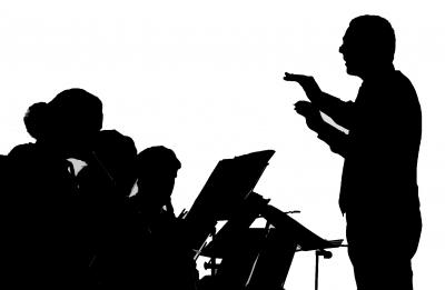 Silhouette - Dirigent mit Musiker