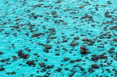 türkises Mittelmeer mit Fischer - Luftbild