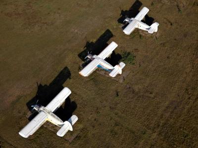 3 parkende Flugzeuge  - Luftbild