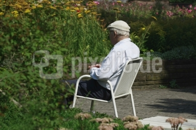 Rentner im Garten