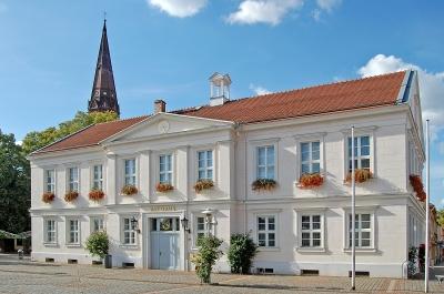 Pritzwalker Rathaus, dahinter Turm der Nikolaikirche