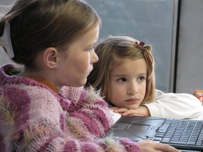 Geschwister am Laptop