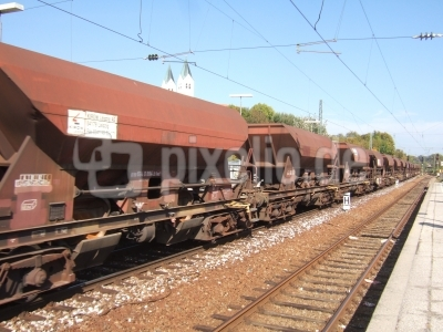 Güterzug durchfährt den Bahnhof Freising