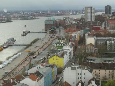 Blick zur Anlegestelle Altona und zum Fischmarkt in Hamburg