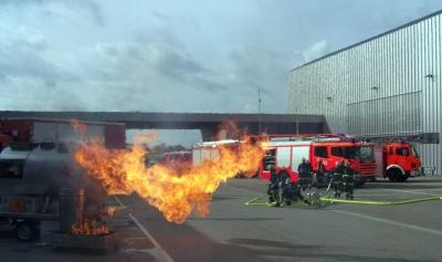 Feuerlöschübung an einem brennenden Gastank