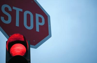 Ampel rot und Stop-Schild