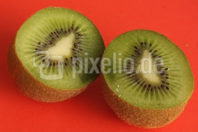 Kiwihälften auf rot