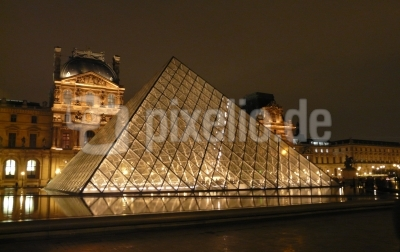 paris - le louvre - piramide